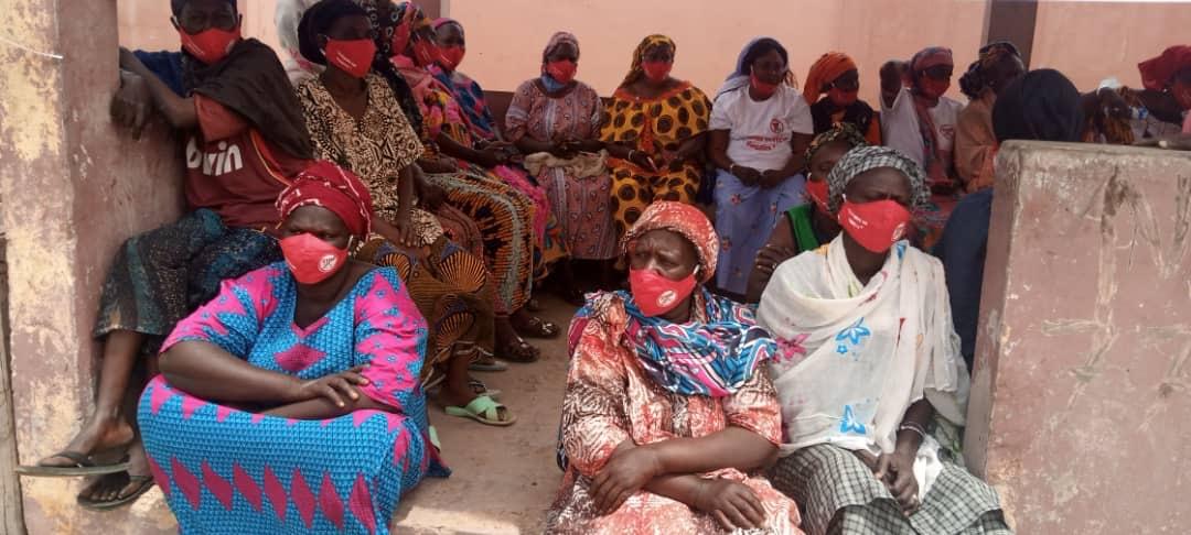綠色和平在塞內加爾的8個地點(Cayar、Joal、Rufisque、Saint-Louis、Kafountine、Mbour、Yenn及Yarakh),與當地社區群眾發起「紅口罩活動」。© Greenpeace