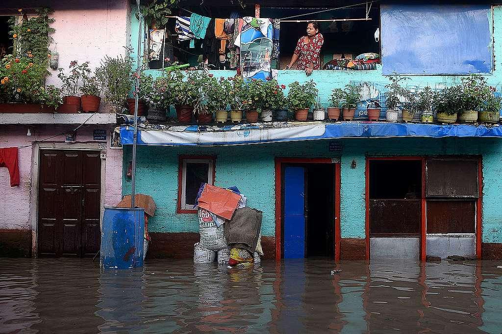 2020年7月20日,尼泊爾加德滿都的季候風帶來暴雨,使巴格馬提河水暴漲。© PRAKASH MATHEMA/AFP via Getty Images
