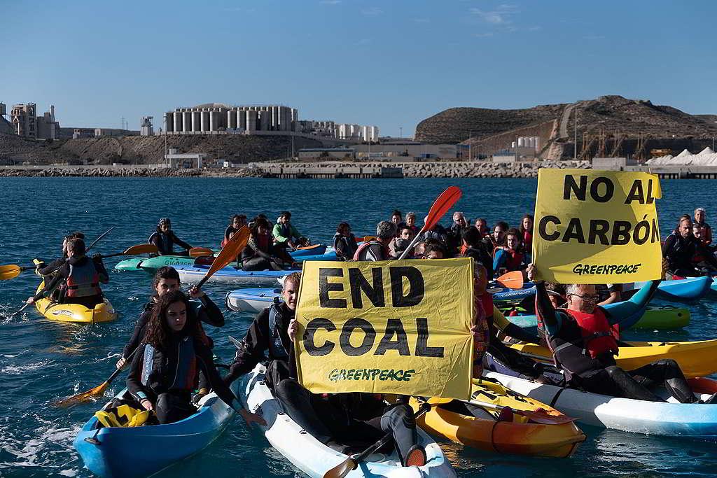 2018年11月,70名綠色和平西班牙辦公室行動者划船至Endesa電力公司的煤電廠外,手持「終結煤炭」橫額,要求關閉燃煤電廠。© Pedro Armestre / Greenpeace