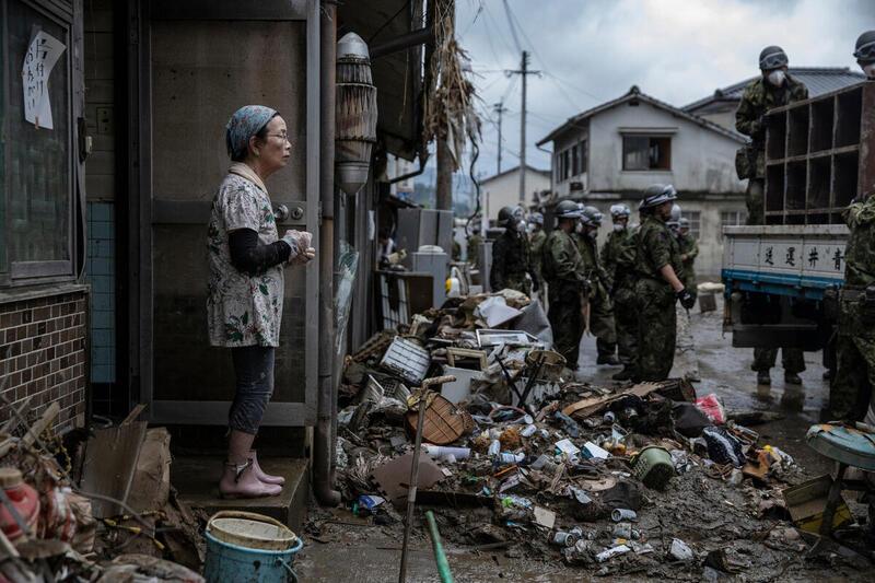 熊本縣人吉市的災民和救援隊。今年7月日本九州大範圍強降雨,水災和泥沙沖刷之下,造成嚴重損傷,熊本縣尤為慘重,數十人罹難,超過100萬人被迫遷離。© Masaya Noda / Greenpeace