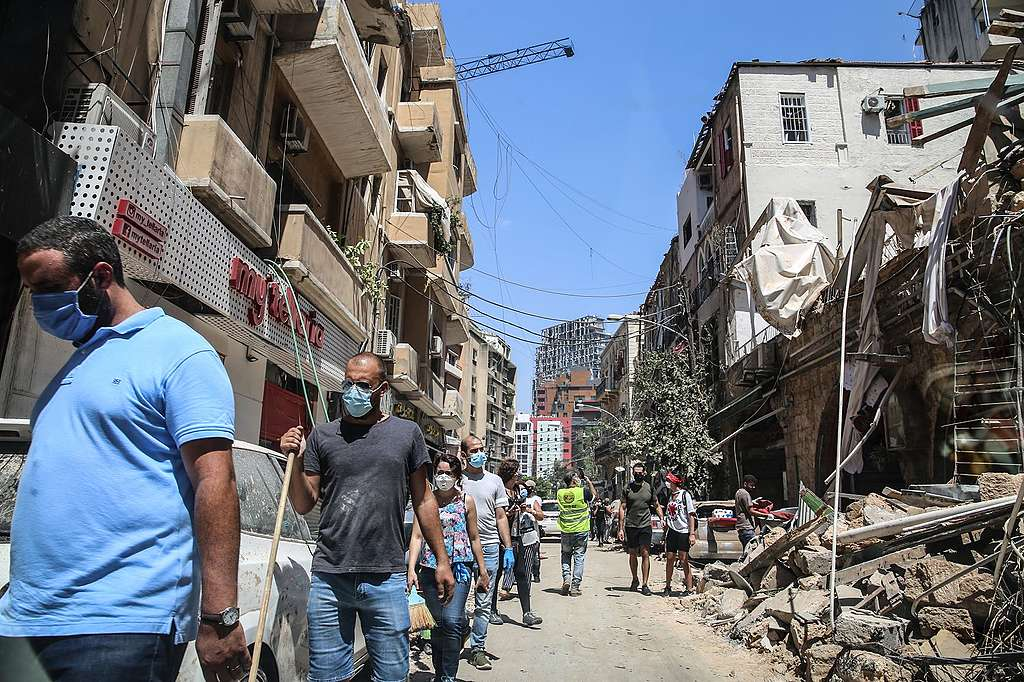 8月5日貝魯特市中心,居民在大爆炸破壞與新冠肺炎夾擊下生活。© Hiba Al Kallas / Shutterstock.com