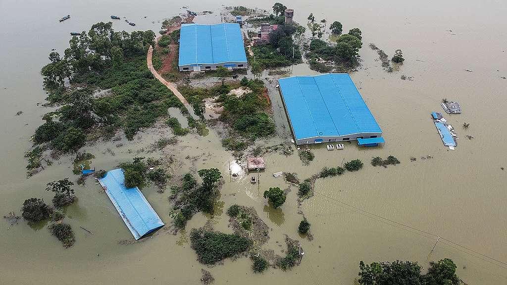 中國江西省近鄱陽湖的住宅,因暴雨釀成水患幾近沒頂。© HECTOR RETAMAL / AFP via Getty Images