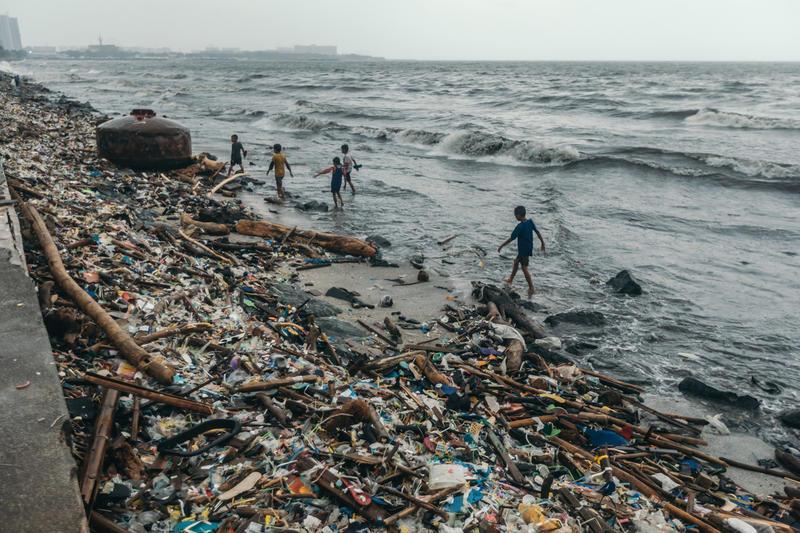 颱風把垃圾送到菲律賓馬尼拉灣沿岸,與小孩子共渡童年。 © Jilson Tiu / Greenpeace