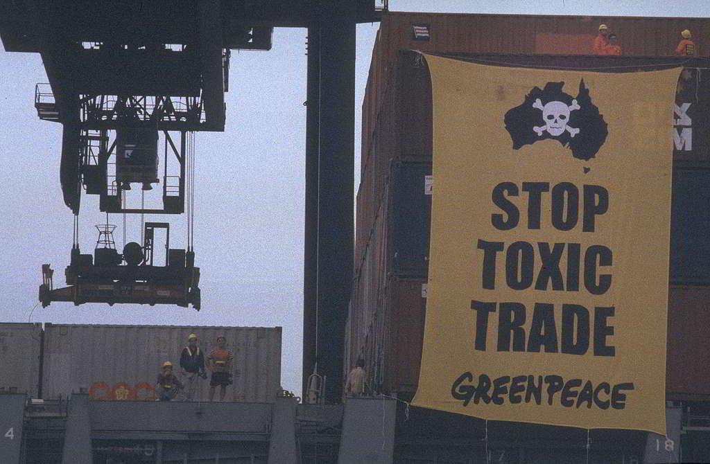 綠色和平1997年於香港成立之初,就與澳洲辦公室緊密合作,在葵涌貨櫃碼頭登上一艘運送3個含有毒廢料貨櫃到港的貨輪,並懸掛巨型橫額,成功促使貨櫃原船返回澳洲。© Greenpeace / Andre Eichman