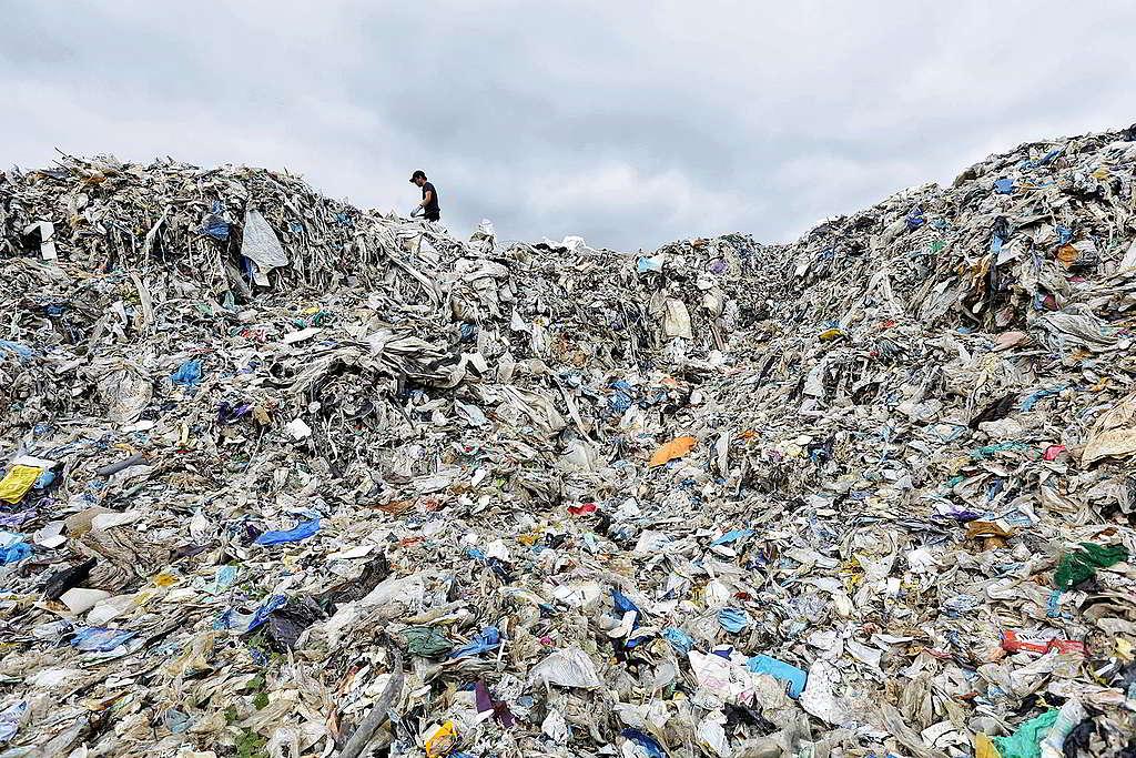 綠色和平直擊馬來西亞淪為「國際塑膠垃圾崗」實況,垃圾堆積如山的場面令人震撼。 © Nandakumar S. Haridas / Greenpeace
