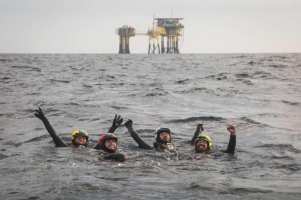 4位行動者留守37小時後展露疲憊卻燦爛的笑容,為勇於守護美好家園而自豪。 © Andrew McConnell / Greenpeace