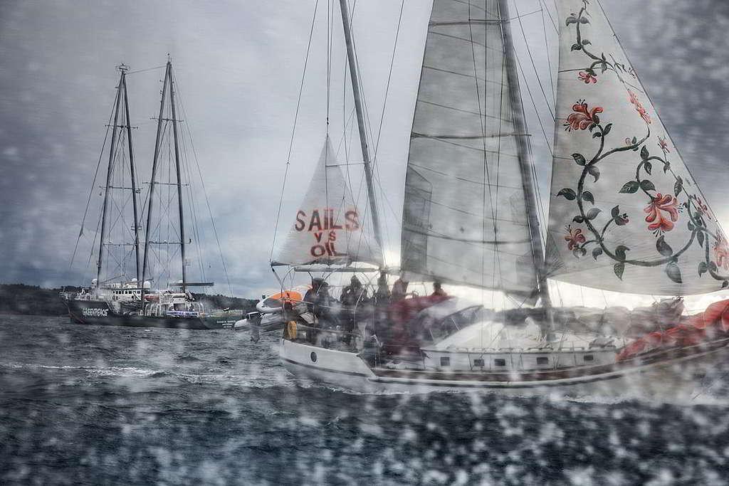 彩虹勇士號(左)響應「為未來啟航」行動,冒着驚濤駭浪與多艘船隻守護屬於航海者的領地。 © Andrew McConnell / Greenpeace