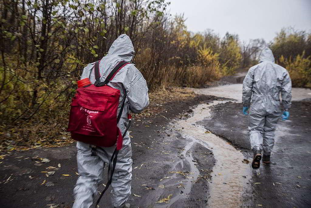 綠色和平調查團隊穿上全副保護衣物,向村民打聽並追蹤污染源頭。 © Matvey Paramoshin / Greenpeace