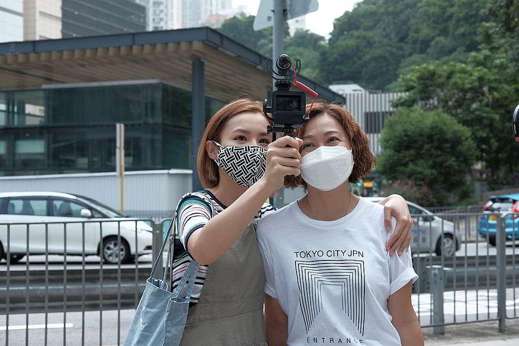 自拍鏡頭是「和你Green」必備法寶,阿妹當然把握機會和參與拍攝的靚太留影! © Greenpeace
