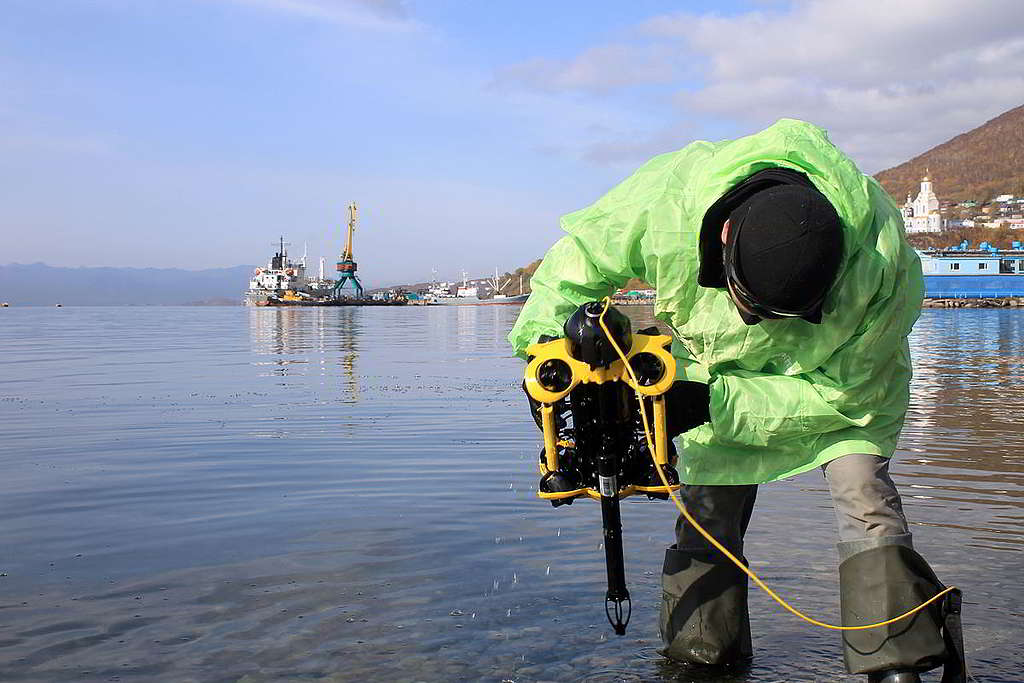 綠色和平調查員利用水底潛拍機,監測堪察加半島近岸水域最新情況。 © Greenpeace / Irina Kozlovskikh