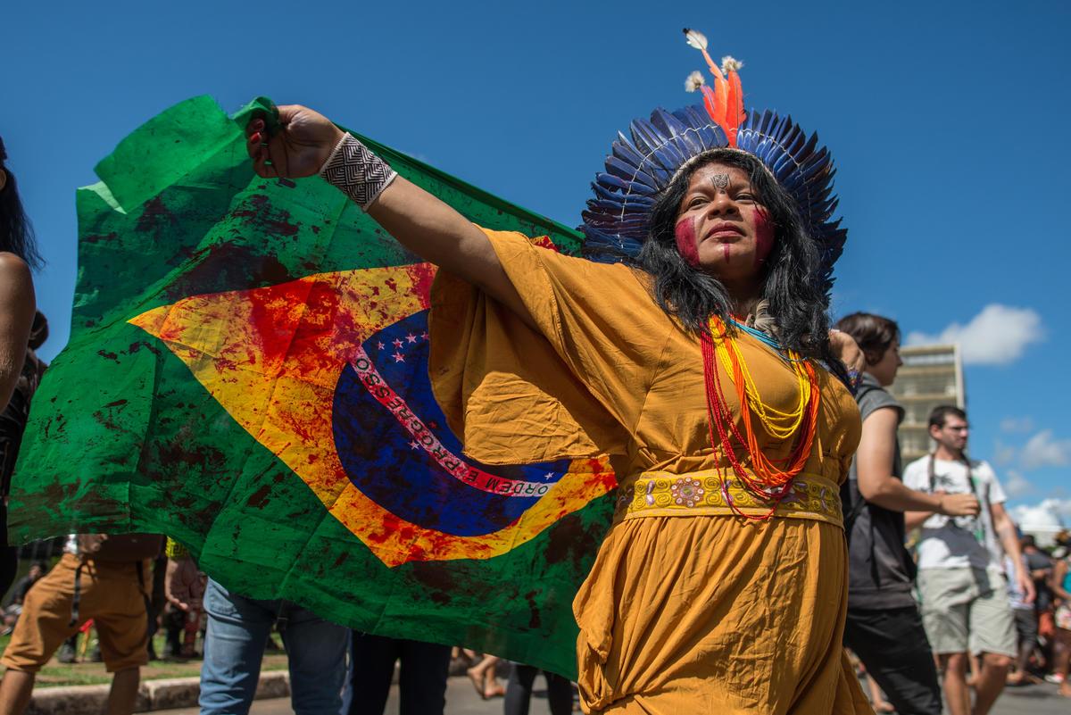 除了色彩繽紛的衣著,以及獨特的頭冠,我們還知道更多關於原住民的日常嗎?© Christian Braga / MNI