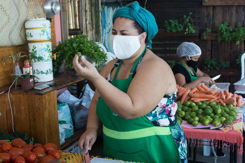 綠色和平巴西辦公室與巴西農業及食物援助機構FavelaOrgânica合作,在里約熱內盧的Complexo do Caju和Rio das Pedras社區分發午餐。© Carlos Oliveira / Greenpeace