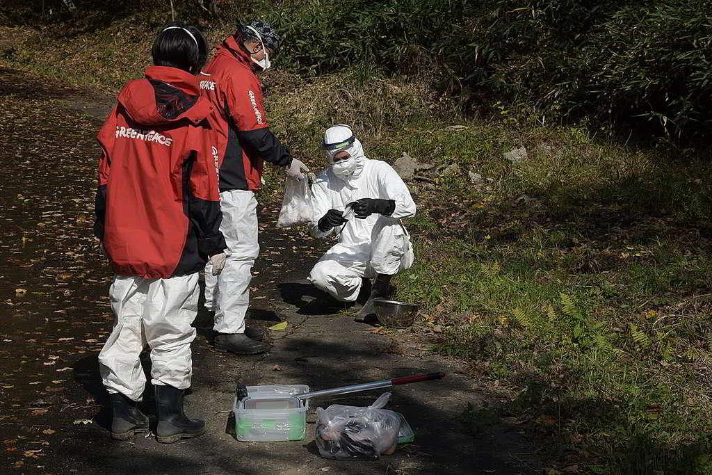 綠色和平調查團隊每年都會重返福島縣監測核輻射水平,確保核災善後工作以守護民眾安全為先。 © Shaun Burnie / Greenpeace