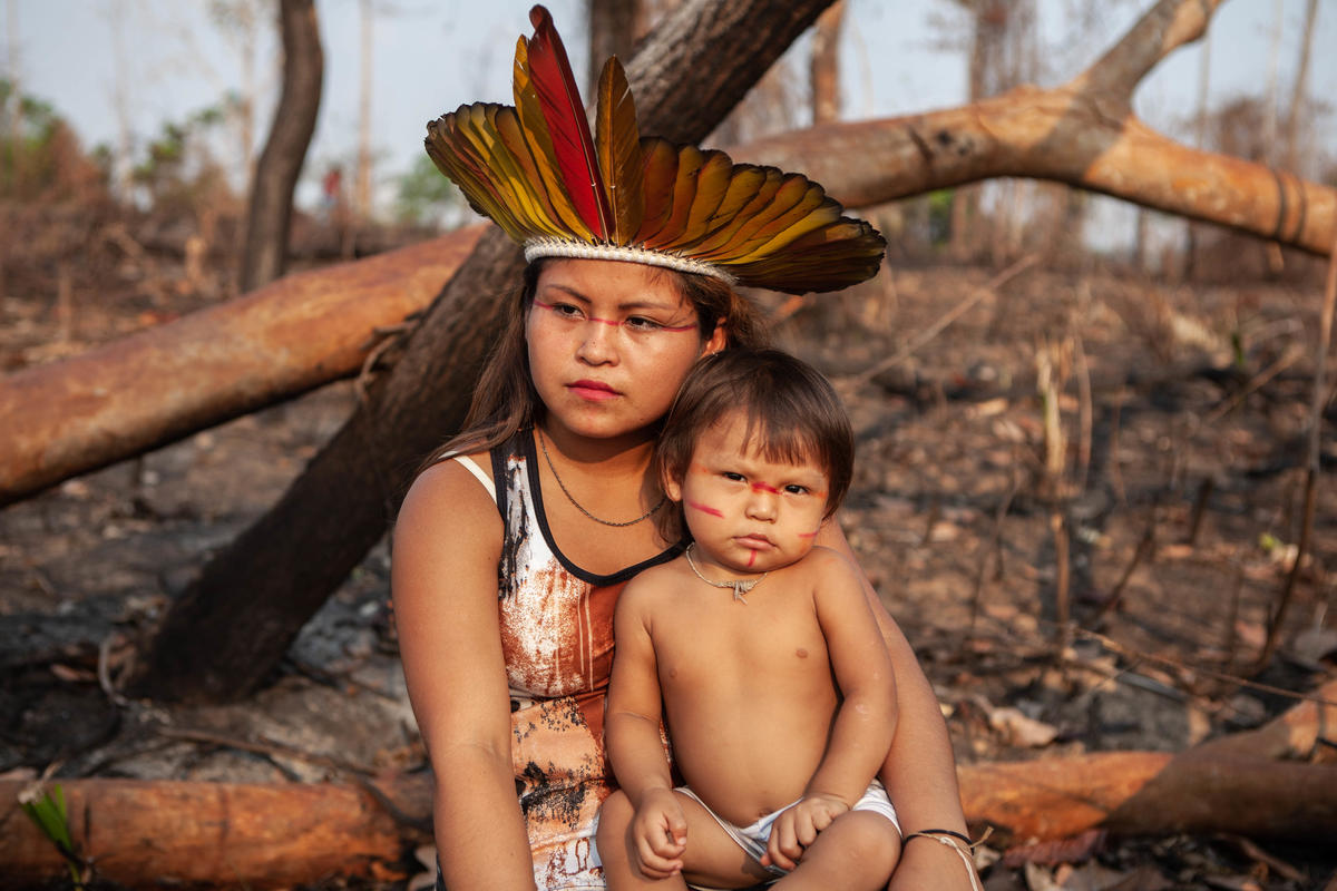 亞馬遜原住民部族Huni Kuin的人,聚居的土地經歷2019年巴西森林大火,現正積極復育森林,希望重建家園。© Denisa Šterbová / Greenpeace