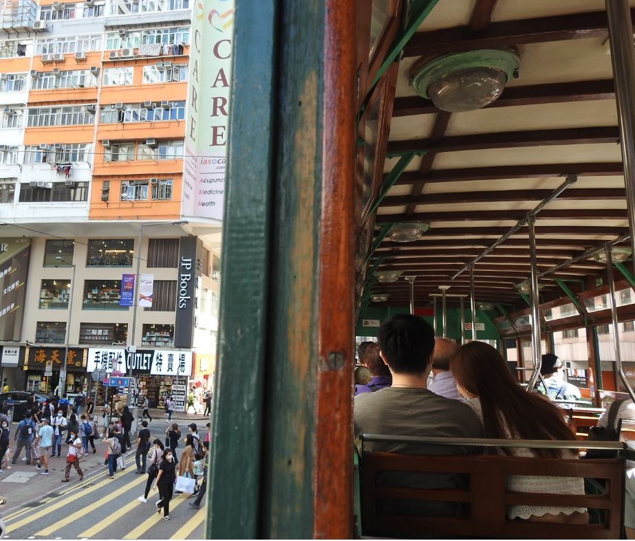 木窗、藤椅、金魚燈,保留60年代模樣的120號電車。© helen yip