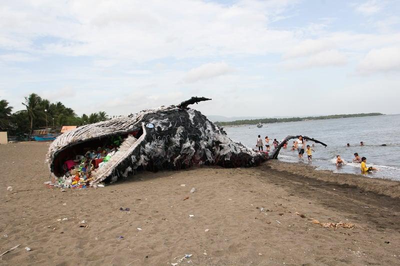 綠色和平菲律賓辦公室設計了一隻滿肚都是塑膠垃圾的擱淺鯨魚的大型裝置藝術,希望喚起大眾對海洋塑膠垃圾危機的關注。© 綠色和平
