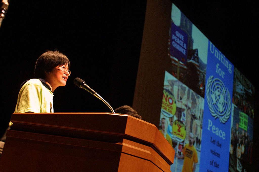 鈴木一枝2003年在東京一個座談會上分享「為和平而團結」(Uniting for Peace)的訊息。 © Greenpeace / Jeremy Sutton-Hibbert