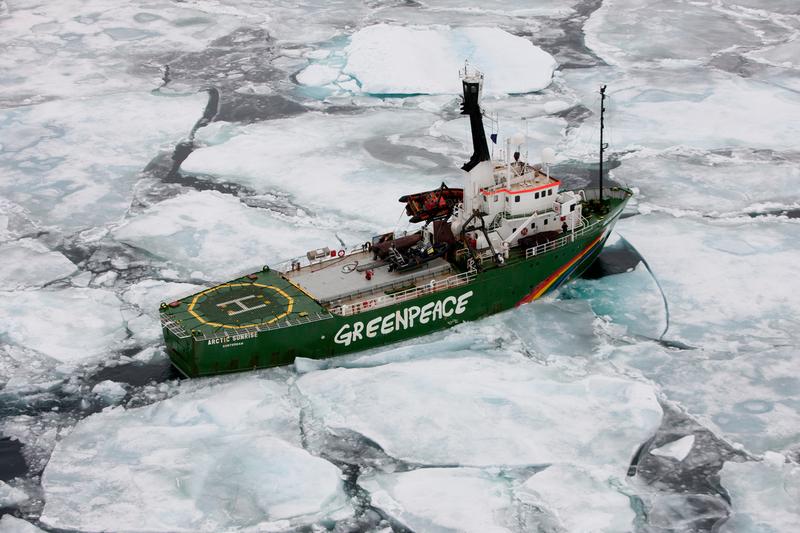 2011年9月極地曙光號在破碎的小塊海冰中航行,離冷岸群島海岸不遠。© Nick Cobbing / Greenpeace