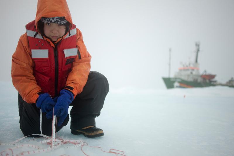 親臨北極,還為考察付出一分力,Gloria感受、體會良多。© Nick Cobbing / Greenpeace