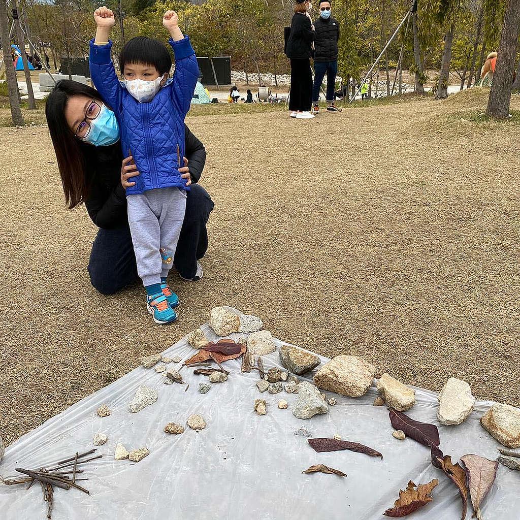 Connie 與兒子在疫情稍緩時,親親大自然。(照片由Connie提供)