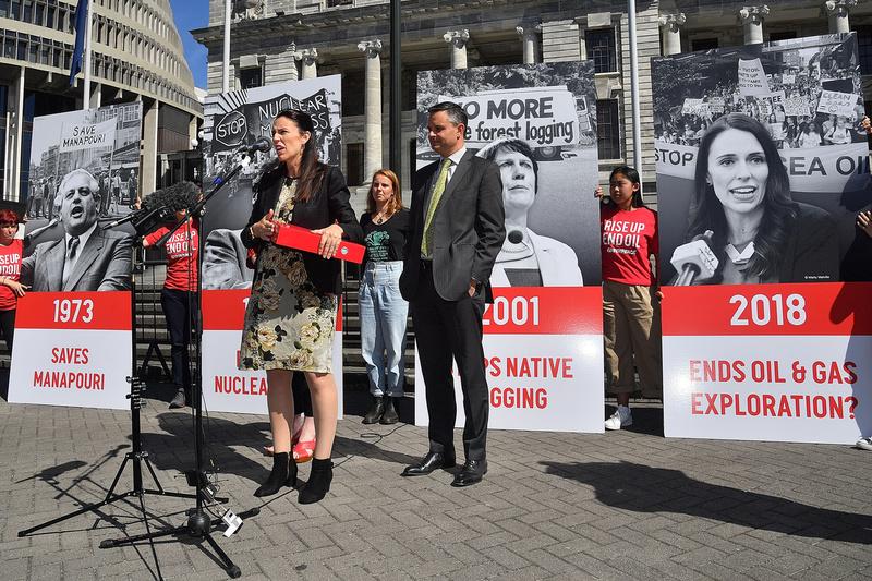 2018年紐西蘭總理阿德恩(Jacinda Ardern)接過綠色和平的請願書,超過4.5萬民眾簽署呼籲結束石油勘探。© Greenpeace / Marty Melville