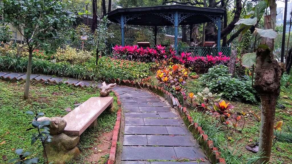 兵頭花園的古老涼亭和趣緻的兔兔石凳。© helen yip