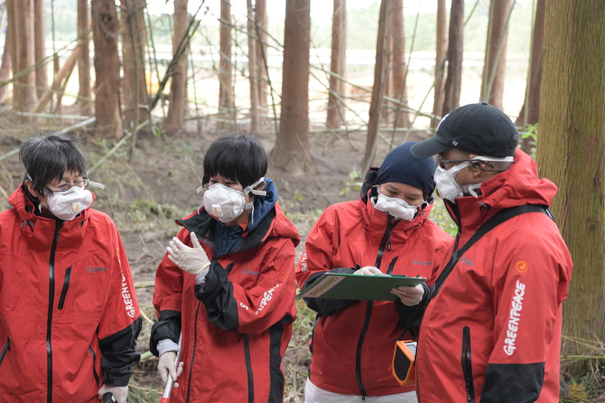 來自東亞分部香港辦公室的研究調查部經理雷宇霆(右)、首爾辦公室的氣候及能源項目主任張海榮(右二),與東京辦公室團隊在福島進行核輻射檢測工作。 © Shaun Burnie / Greenpeace