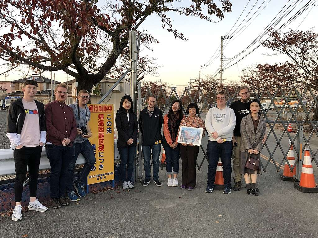 Yoyo(右五)於福島傾聽當地居民心聲,如何在推倒重來與刻骨銘心之間掙扎。 相片由受訪者提供
