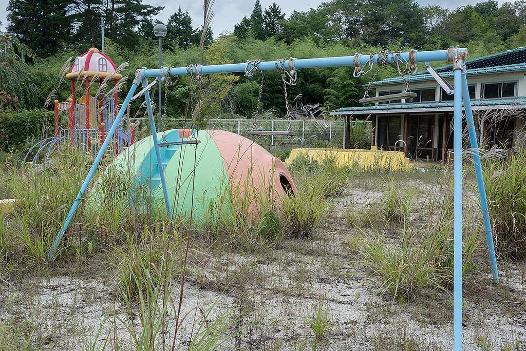 照片攝於2017年浪江町:曾經活力充沛的幼稚園遊樂場,變成雜草叢生的荒地。© Christian Åslund / Greenpeace