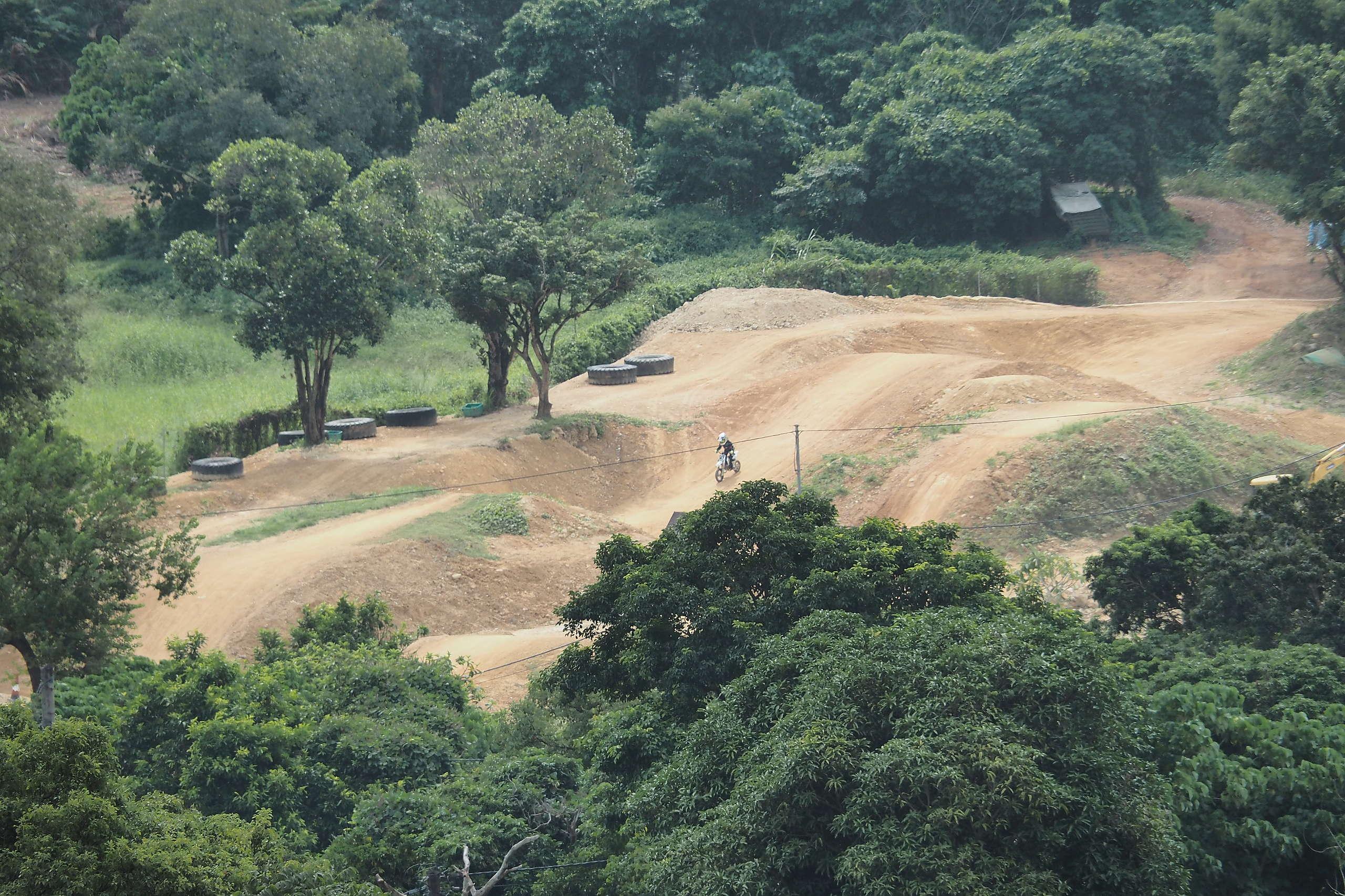 登山期間能俯瞰私人越野電單車場MX Club。© 香港山女