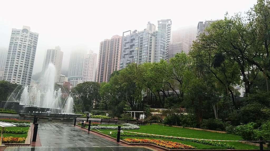 春雨中的兵頭花園。公園一直維持中央的噴泉的佈局。© helen yip