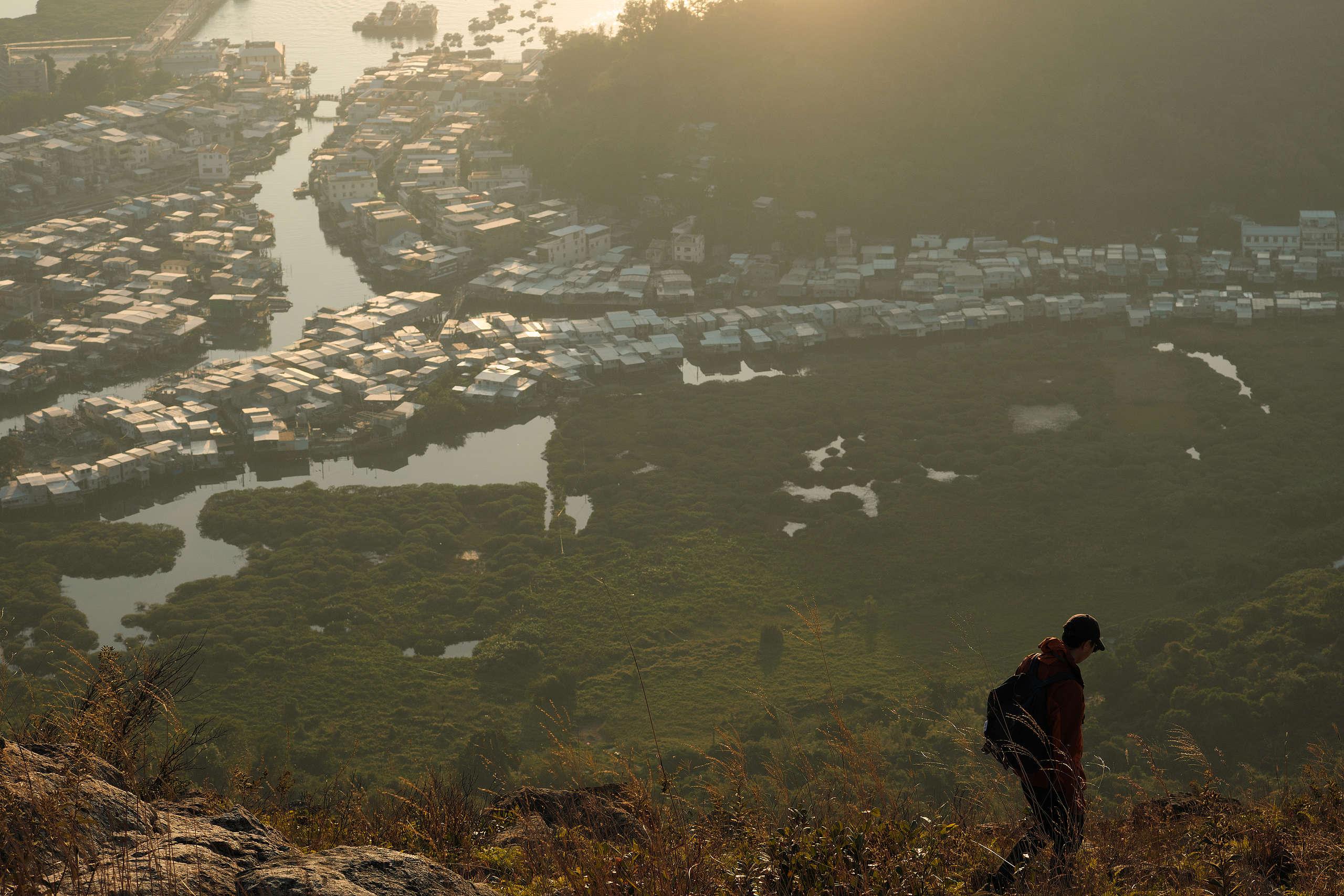 長焦鏡頭能夠壓縮遠近景物,將水鄉景色與眼前人物盡收相片中。 © 任意行