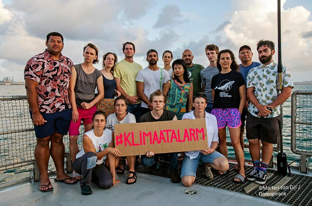 我(圖中綠衫)與一眾彩虹勇士號船員,為聲援荷蘭氣候行動#KlimattAlarm合影。 © Marten van Dijl / Greenpeace