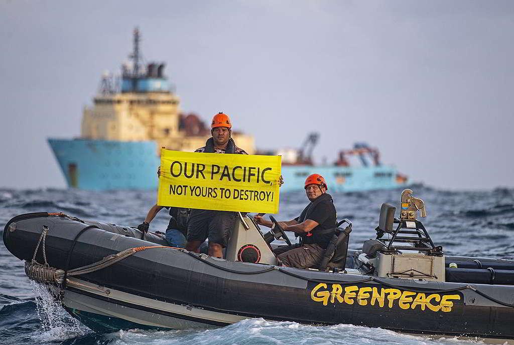 彩虹勇士號隨同來自太平洋島國斐濟的氣候行動者Victor Pickering,於深海採礦企業承租的船艦前請願,促請立即停止破壞程度難料的採礦作業。 © Marten van Dijl / Greenpeace