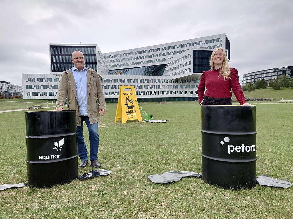 綠色和平挪威辦公室可持續金融項目總監Martin Norman(左)與WWF代表前往Equinor的奧斯陸總部門外,促請這間國營企業停止「漂綠」公關,真正守護北極。© Greenpeace / Ulvar Arnkværn