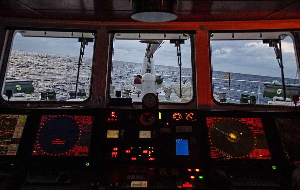 船頭看出去傾斜的海平面。 © Marten van Dijl / Greenpeace