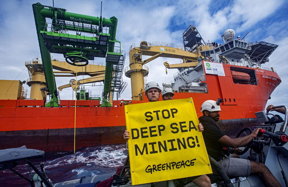 綠色和平行動者在太平洋中舉起橫額,抗議企業進行深海採礦測試。