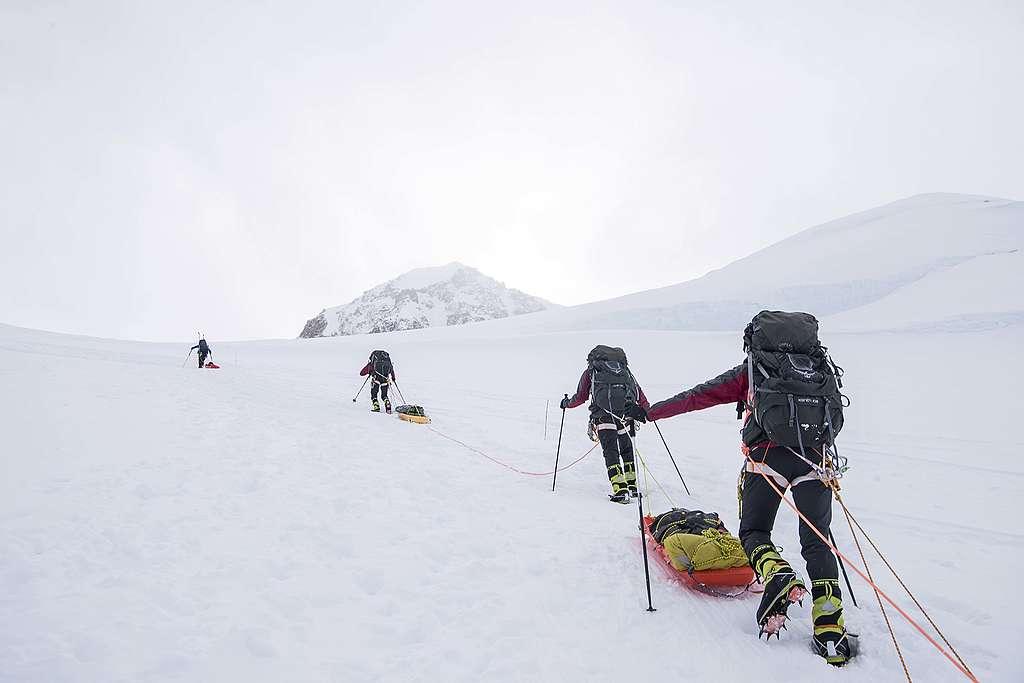 德納利山的登山客,需要把便攜式馬桶放在雪橇上攀登直至下山回到城市。© Eric Wong / Greenpeace