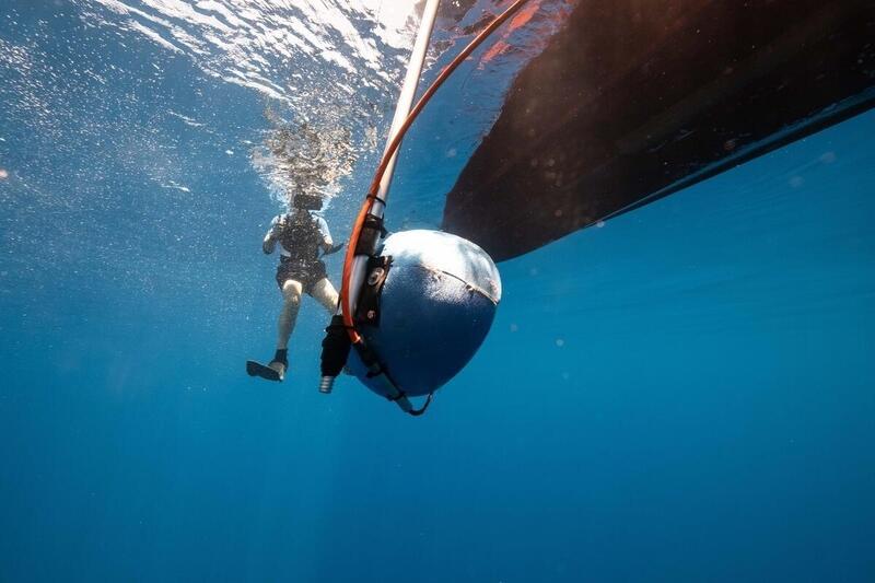 綠色和平團隊夥同專家運用海底聲學儀器進行生態觀測。© Tommy Trenchard / Greenpeace