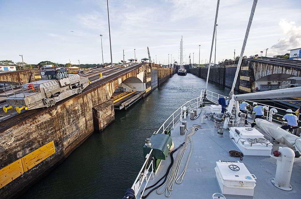 彩虹勇士號於巴拿馬運河水閘內期間,工作人員在一側猛拉繩索,確保船隻安全穿越。 © Marten van Dijl / Greenpeace