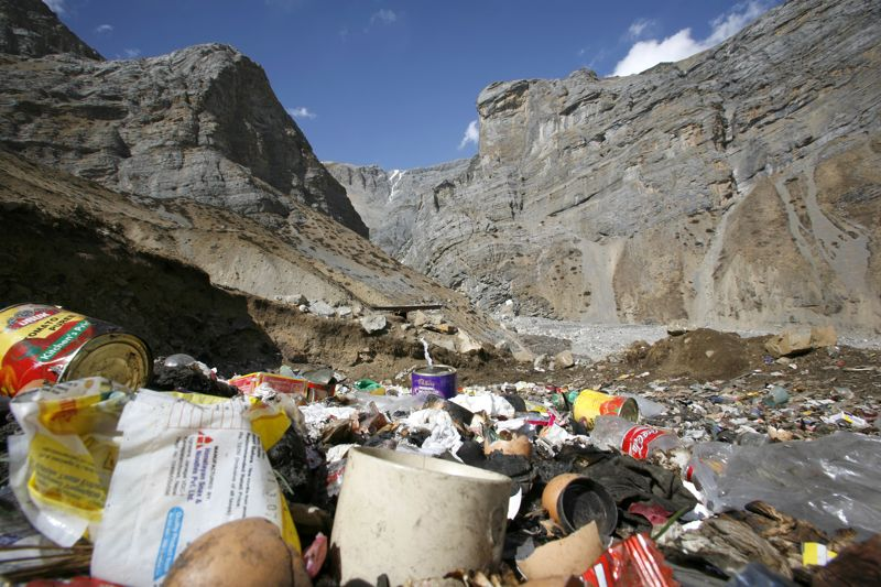 喜馬拉雅山遺留下來的垃圾 © paul prescott/Shutterstock