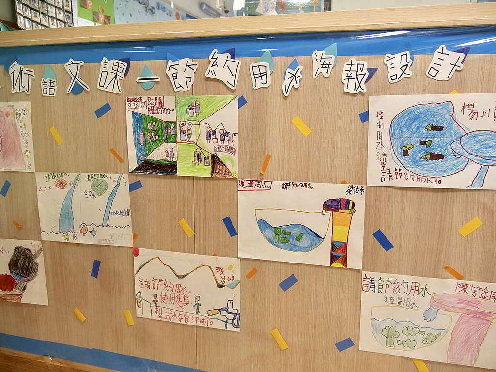 校園內推行多項環保措施及活動,例如以廚餘製作酵素清潔劑、水喉安裝調節器珍惜用水、校內擺放回收箱等。 © Greenpeace
