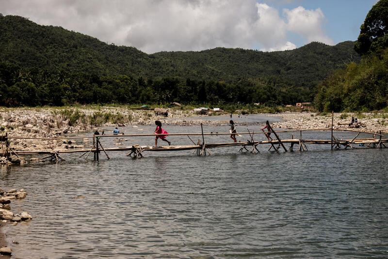 Dumagat Remontado原住民孩子走過大拉滕山區河上。© Basilio H. Sepe / Greenpeace