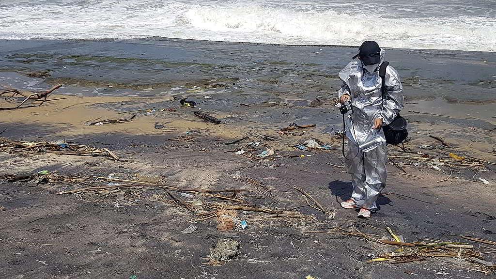 Tashiya身穿防護衣物記錄珍珠號事件現場環境,幫助綠色和平調研部門監察事故進展。 © Tashiya de Mel / Greenpeace