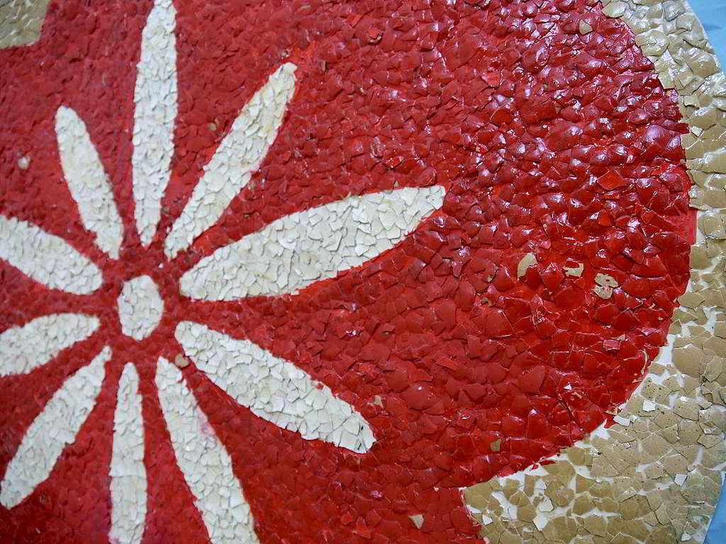 細心一看,壁報上的璀璨花朵,其實是由雞蛋殼砌成! © Greenpeace