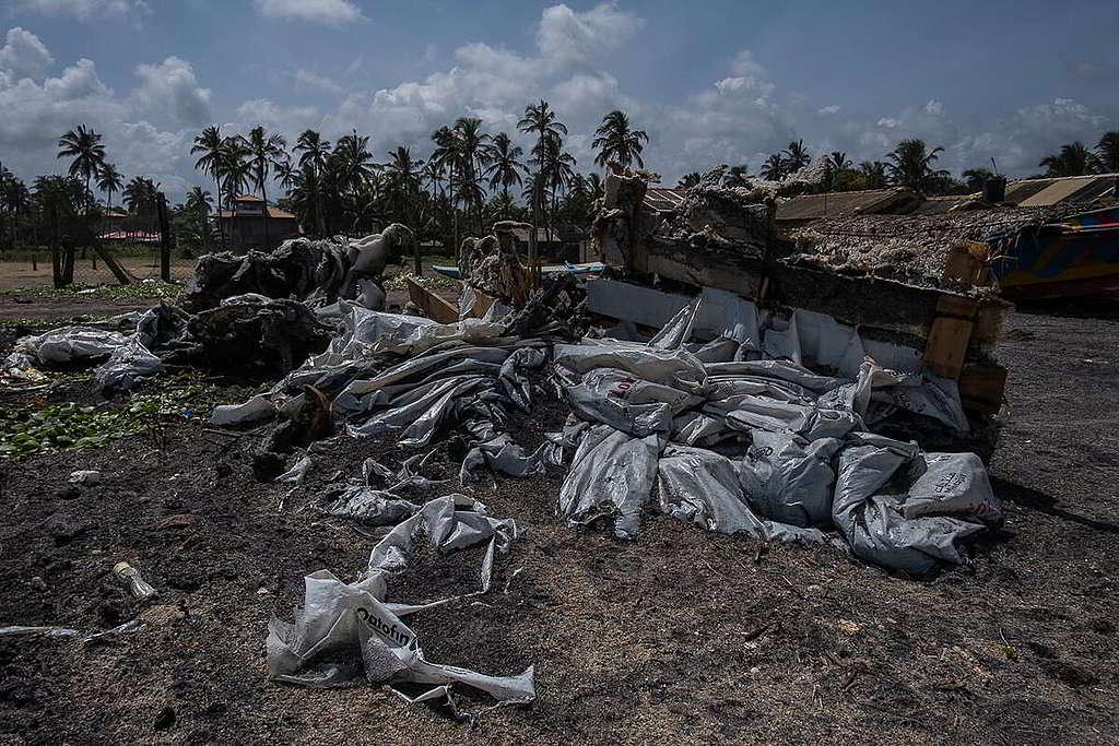 貨物包裝等雜物同樣散落一地,清理工作相當棘手。 © Tashiya de Mel / Greenpeace
