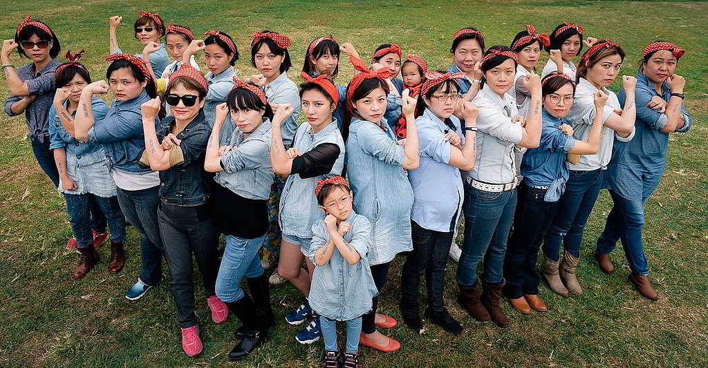 33:Rosie the Riveter的經典形象,一直傳承「婦女當自強」精神。2017年,綠色和平台北辦公室響應擺脫化石燃料束縛的全球Break Free Movement,由首當其衝承受污染代價的孕婦與小孩捲起衣袖,承諾「好空氣,我出力」。 © Ai-Ju Wang / Greenpeace
