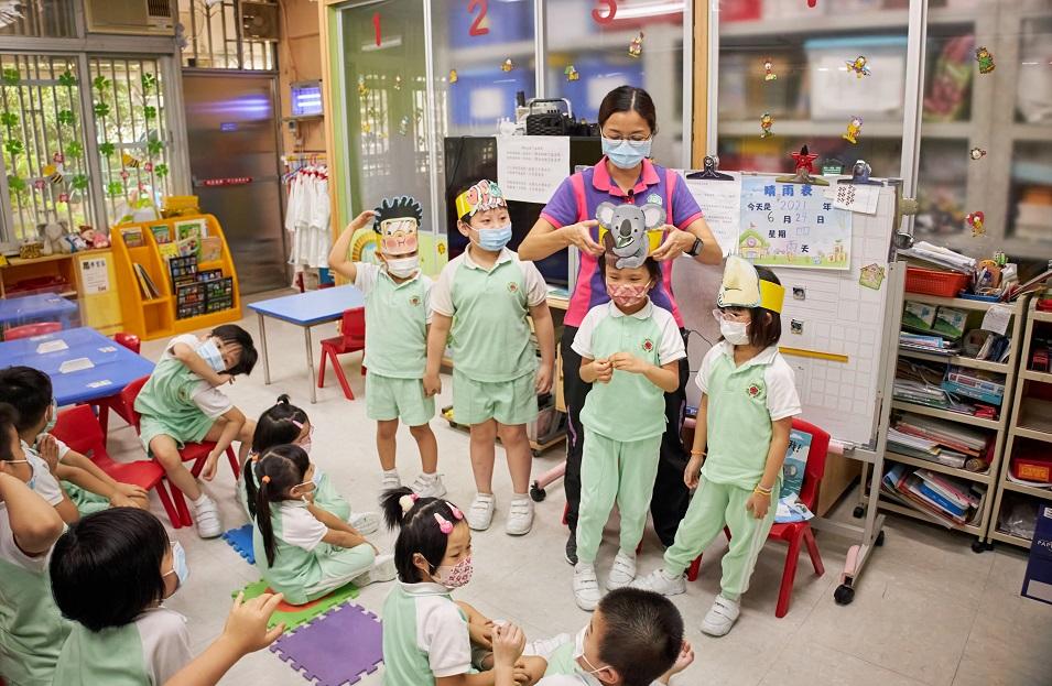 粵南信義會腓力堂興民幼兒學園的小朋友和老師,對繪本的角色扮演起勁投入。© Greenpeace