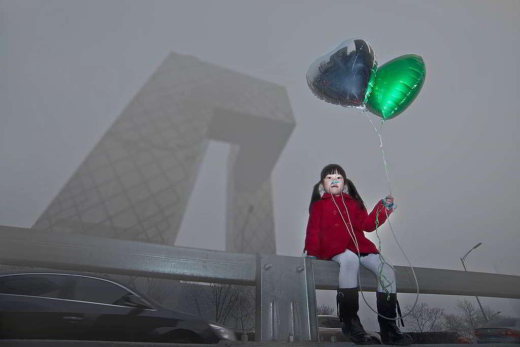 19:環保問題不時登上新聞頭條,尤其當健康受到切身威脅。2012至13年,中國爆發嚴重霧霾,PM2.5等空氣污染物水平遠超世界衛生組織標準;綠色和平發表《健康危害和經濟損失評估》報告,並以小女孩鼻接呼吸管、手持氣球的照片對比危機與希望,促請當局加速治理霧霾,別要辜負孩子的未來。 © Greenpeace / Wu Di