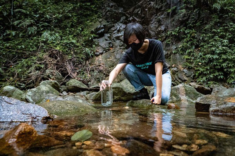 綠色和平為郊野溪流微塑膠調查,收集水樣本。 © Chilam Wong / Greenpeace